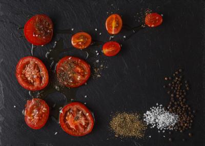 西红柿切成两半。在砧板上樱桃西红柿