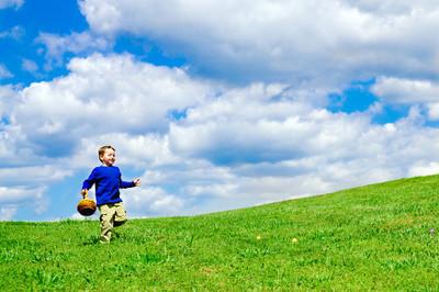与运行的篮子里的小男孩,收集复活节彩蛋复活节彩蛋