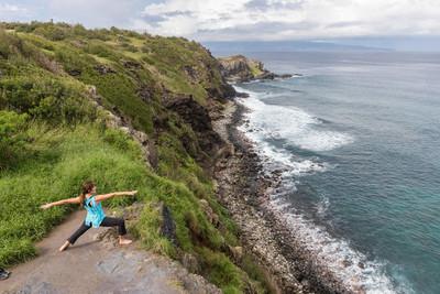 毛伊岛海岸上练瑜伽