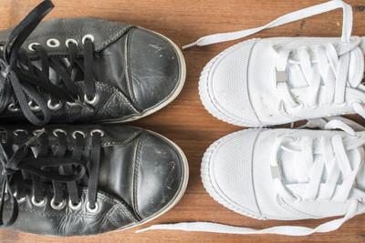 黑色的鞋和白色的鞋子木制背景