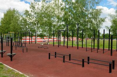 运动场与体育场附近的体育器材
