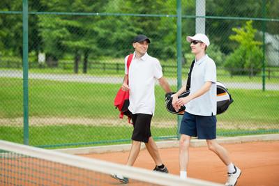 在网球场的男性朋友