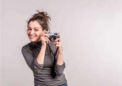 摄影棚里一个年轻漂亮女人的肖像