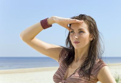 kvinna på en strand