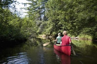 皮划艇沿江而下的夫妇