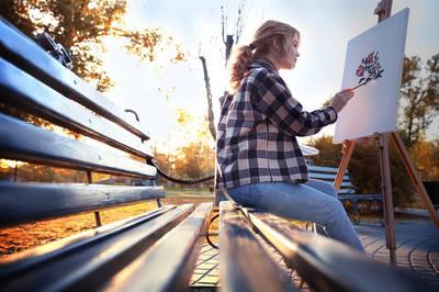 年轻的女艺术家绘画图片