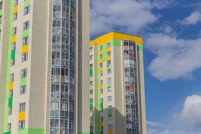 很多 windows 的现代摩天大楼公寓
