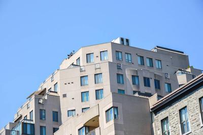 在市中心的现代公寓大楼