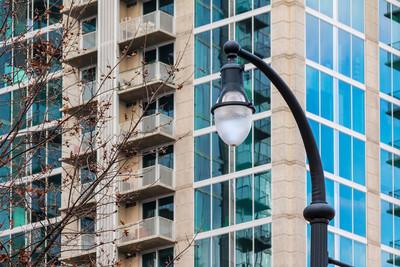 摩天大楼为背景的路灯
