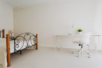 在简约风格的卧室