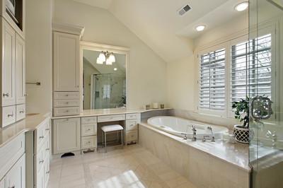 主浴室玻璃淋浴。