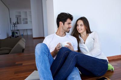 放松对年轻夫妇在家里的楼梯