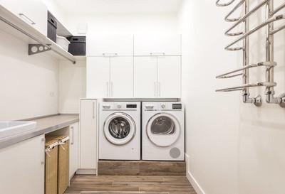 洗衣房与洗衣机在现代房子里