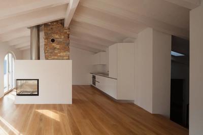 现代客厅与壁炉在中间