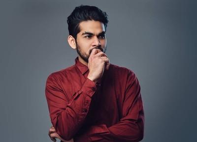 穿着红色衬衣的印度男人