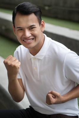 激动的男人, 快乐的微笑积极的男人, 男人表现出胆量的姿势;兴奋的微笑的肖像强赢得男子举起双臂, 仰望着你;东南亚男性模特