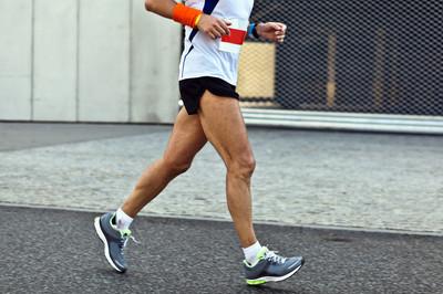 人在运动模糊城市马拉松跑
