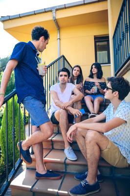 年轻人说户外坐在家里的楼梯台阶上