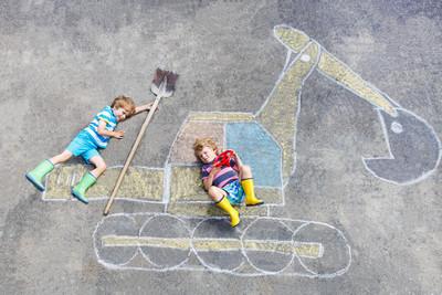 两个小家伙挖掘机粉笔图片的男孩