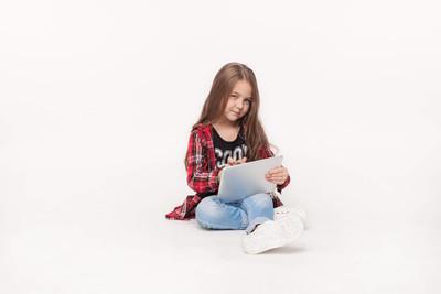 平板电脑在白色背景上孤立的小女孩