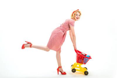 闲暇时间。我已经做到了。拿去吧。快乐的复古女人去购物。复古妇女消费者去快乐购物与全车。购物广告。复古家庭主妇购买产品在股票