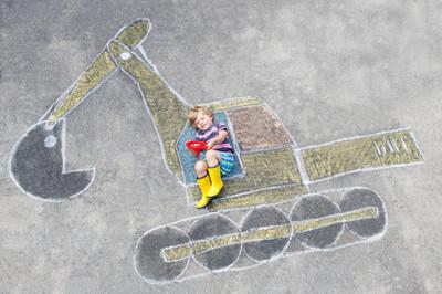 滑稽的小小孩男孩与挖掘机粉笔图片