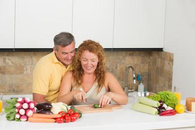 在厨房里对中年夫妇