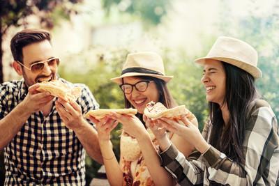 朋友吃披萨