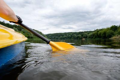 皮划艇在这条河,桨关闭