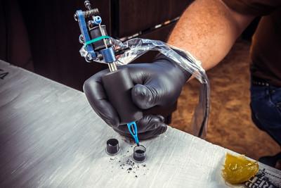 专业的纹身艺术家在纹身店的纹身