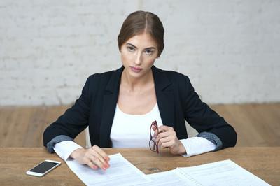 商务美女盯着员工会议