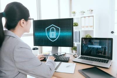 女人处理在线信息安全