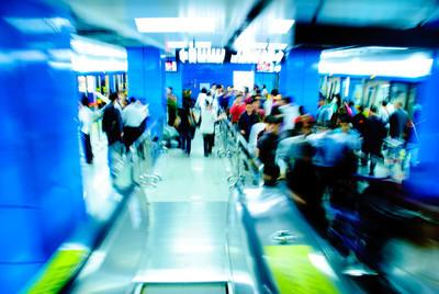 商务乘客在地铁站