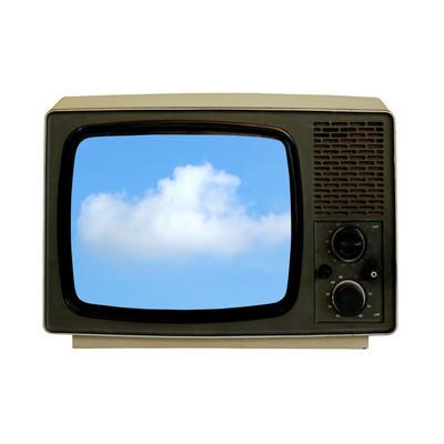 旧电视机显示蓝色天空与云彩
