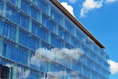 现代的建筑。现代办公大楼与玻璃幕墙