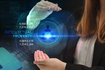 商务、 技术、 互联网和网络的概念。在未来的虚拟屏幕上工作的年轻企业家,看到题词: 知识产权