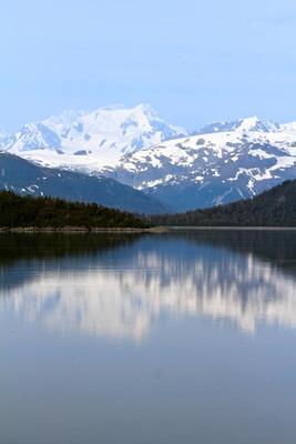 阿拉斯加景观反映在海洋中的山