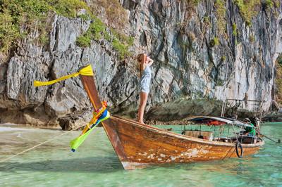 小船在普吉岛,泰国的女孩