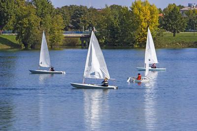 小船船帆船在湖