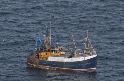 渔船在海面上苏格兰海岸