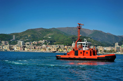 消防战斗船在港口热那亚,意大利