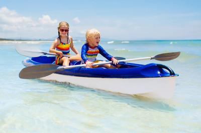 皮划艇在海洋中的孩子。儿童在热带海皮划艇