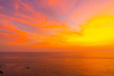 美丽的黄昏日落天空与海和海