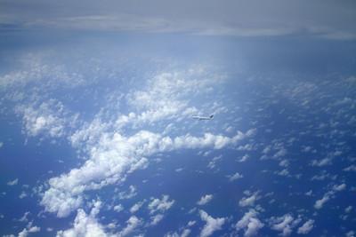 在蓝色的天空中飞翔的客机