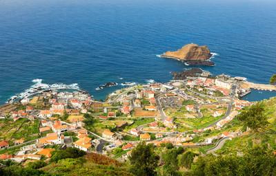 在海边的地中海小镇
