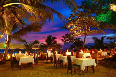 在期间日落,普吉岛,泰国海滩的户外餐厅