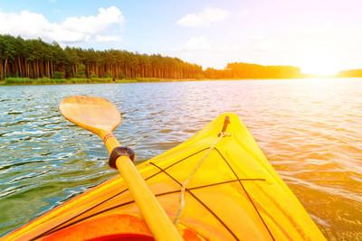 皮划艇在水面上