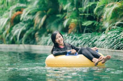 女人放松在悠闲的河流池