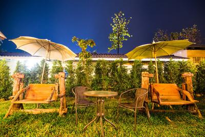 木椅和 uumbrella 室外用晚上的时间