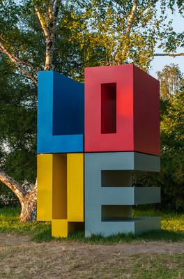 创意户外安装的爱字放在城市公园
